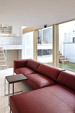 平安建設株式会社は「家・街・新しい文化の創造」を企業テーマとして、60年を越える間、「末永いお客様とのお付き合いを」念願して、京都の街づくりに邁進してまいりました。 又、当社が創るお住まいや建物の中に「住む家が人を創る」「街や建物が企業、お店のお客様創りに役立ち、繁栄を願う」との考えを入れる事を守り継いでまいりました。 更に今、我々の使命は孫子の代まで存続する安心・安全の建物や街を創る事であります。即ち、不燃化そして地震に強い長寿の家・街づくりであります。 我々は、将来を考えるにあたり、地球環境を大切にする事が課題とし、住宅部門において、1974年からエコ住宅の先駆的存在の「ツーバイフォー工法」にいち早く取り組んでまいりました。今後も、エコ住宅を推進し、更にゼロエネルギー、長期優良で健康志向の住宅創りを展開し、地球温暖化対策に取り組み、建物の良質ストック化に取り組んでまいります。それにより、企業の社会的使命を果たし、お客様のご要望にお答えしたいと念願しております。 この理念の下に平安建設株式会社は地域社会に貢献し存在感のある企業として、人材の育成にも取り組んでまいります。代表取締役 小山 芳樹