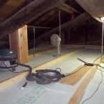 天井を組み断熱材を敷き詰める